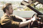 Ryan Gosling in autostrada in una scena di La La Land