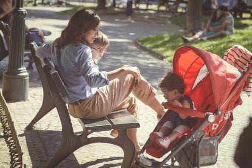 La Verità vi prego sull'amore, mamme al parco