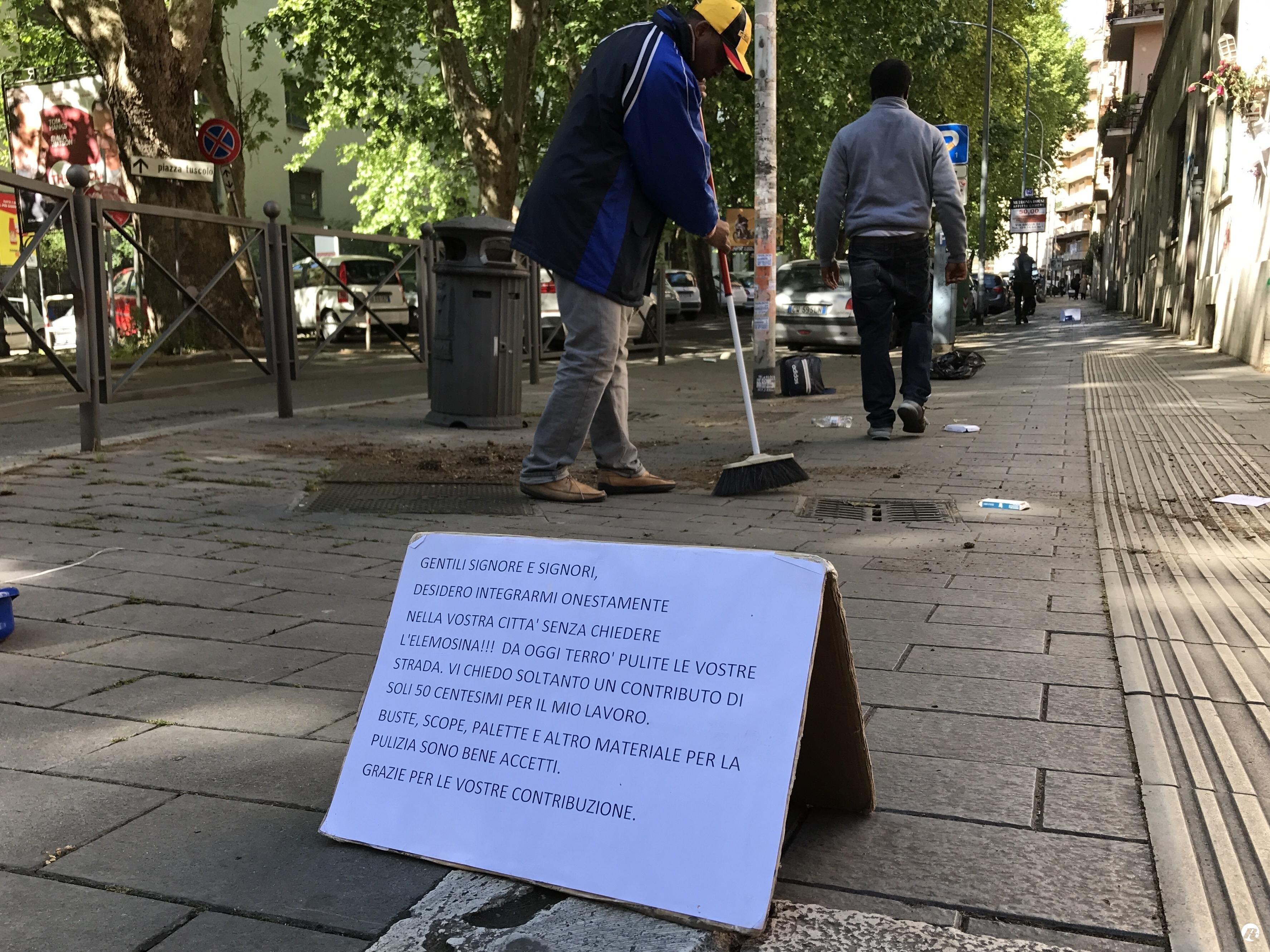 A Roma i migranti puliscono le strade