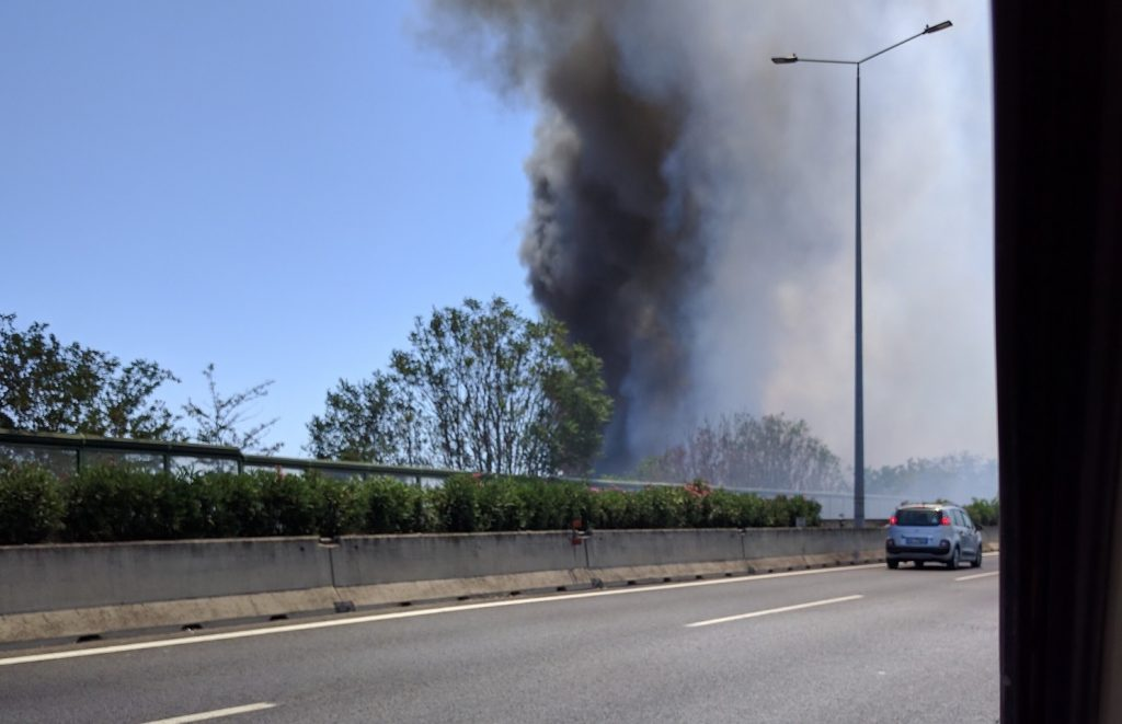 Roma, grande incendio sulla Tiburtina: fiamme e paura. Evacuate oltre 700 persone