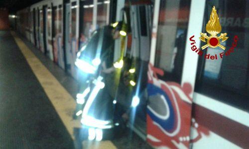 Metro A, un uomo muore travolto dal treno a Barberini: servizio sospeso