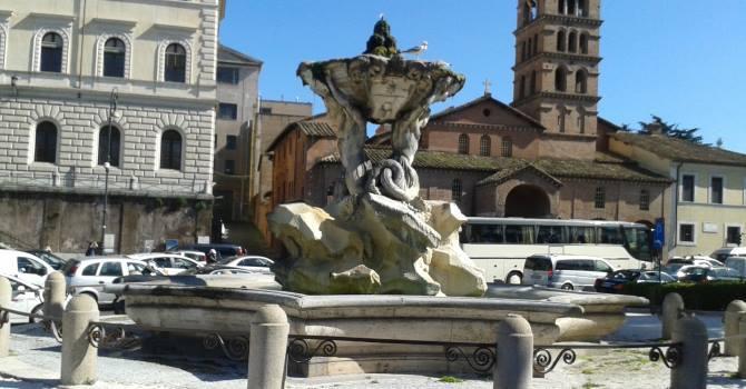Olio per motori nella fontana dei Tritoni in piazza Bocca della Verità