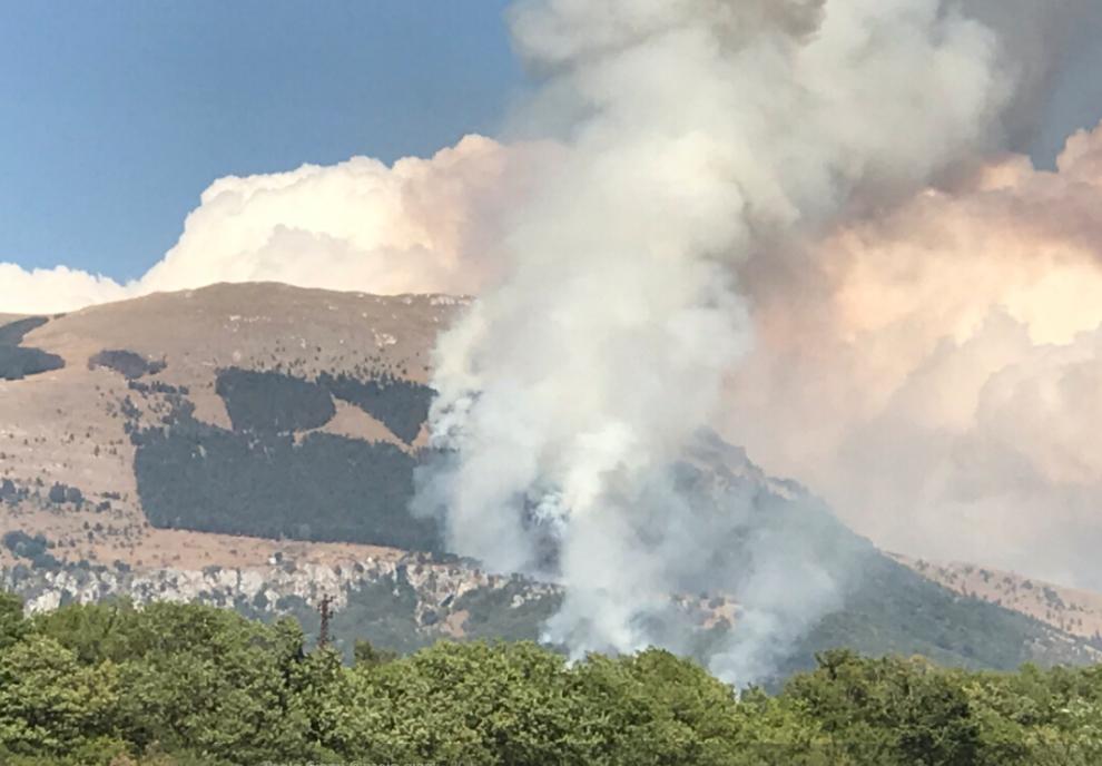 Il Monte Giano sta bruciando. A rischio la scritta DVX