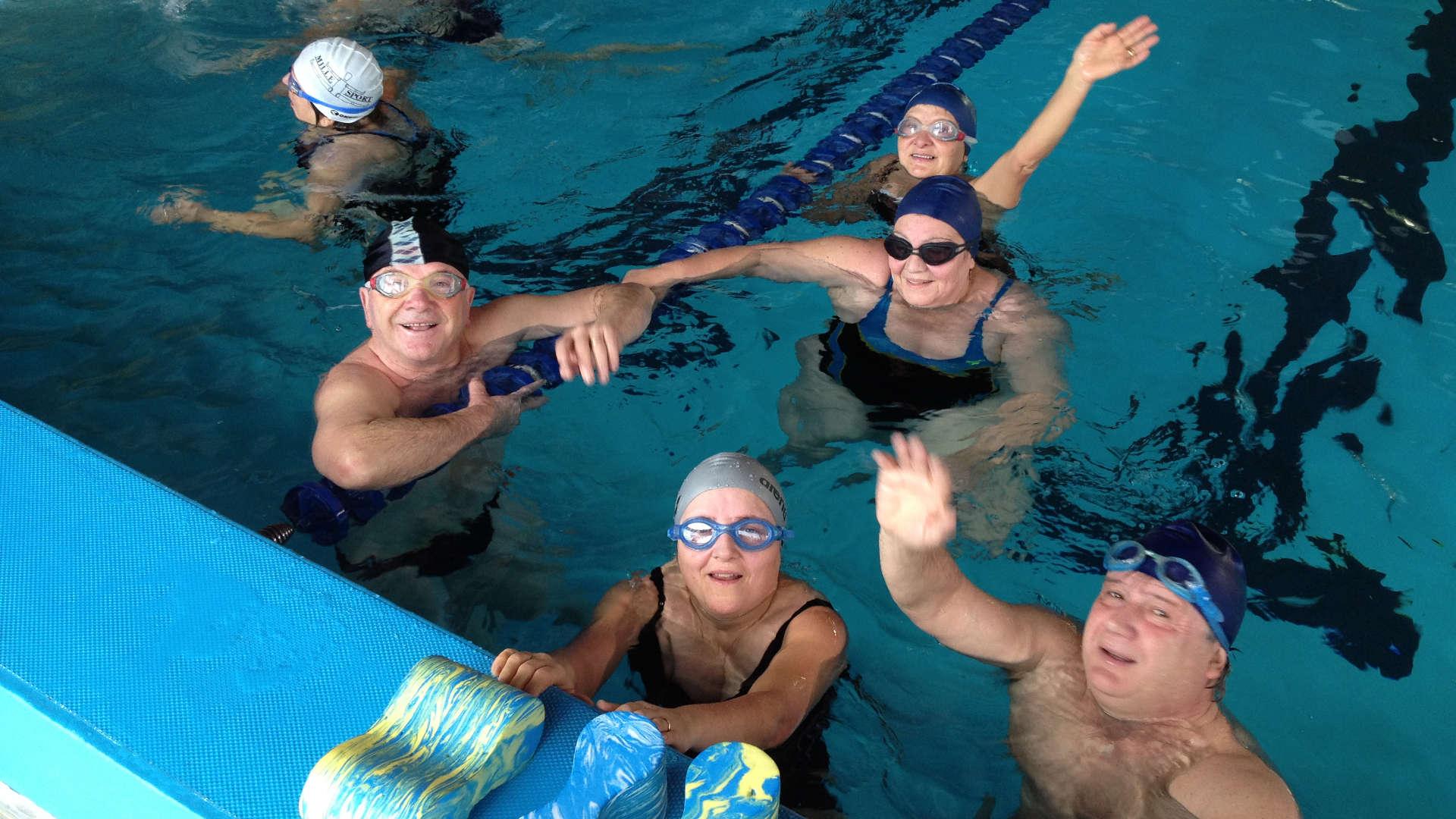 Municipio i ferragosto in piscina per 100 anziani radio - Nuoto in piscina ...