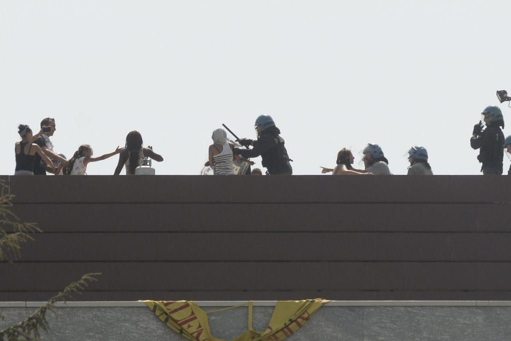 Cinecittà, occupazione sotto sgombero in via Quintavalle: famiglie sul tetto