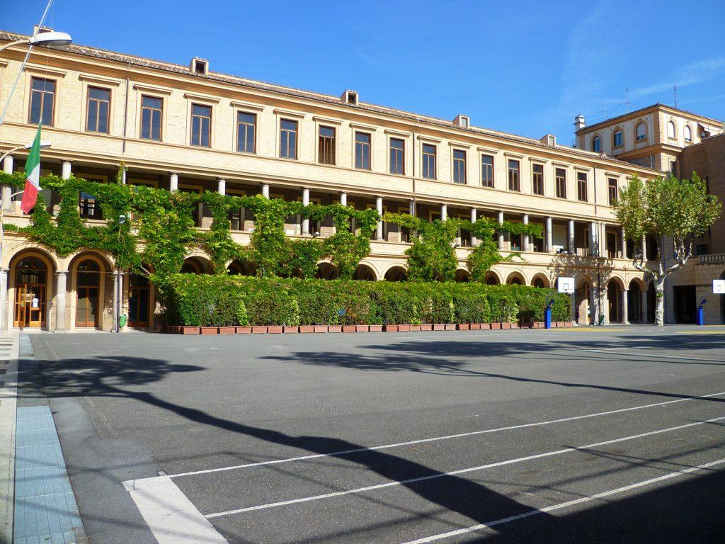 Roma, 13enne si suicida lanciandosi dalle scale della scuola