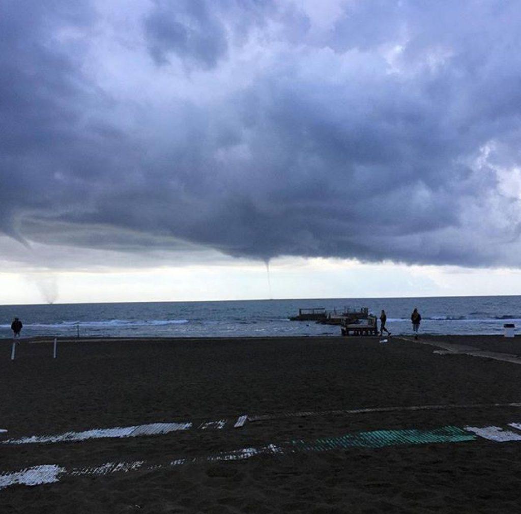 Lo spettacolo delle trombe d'aria sul mare di Roma