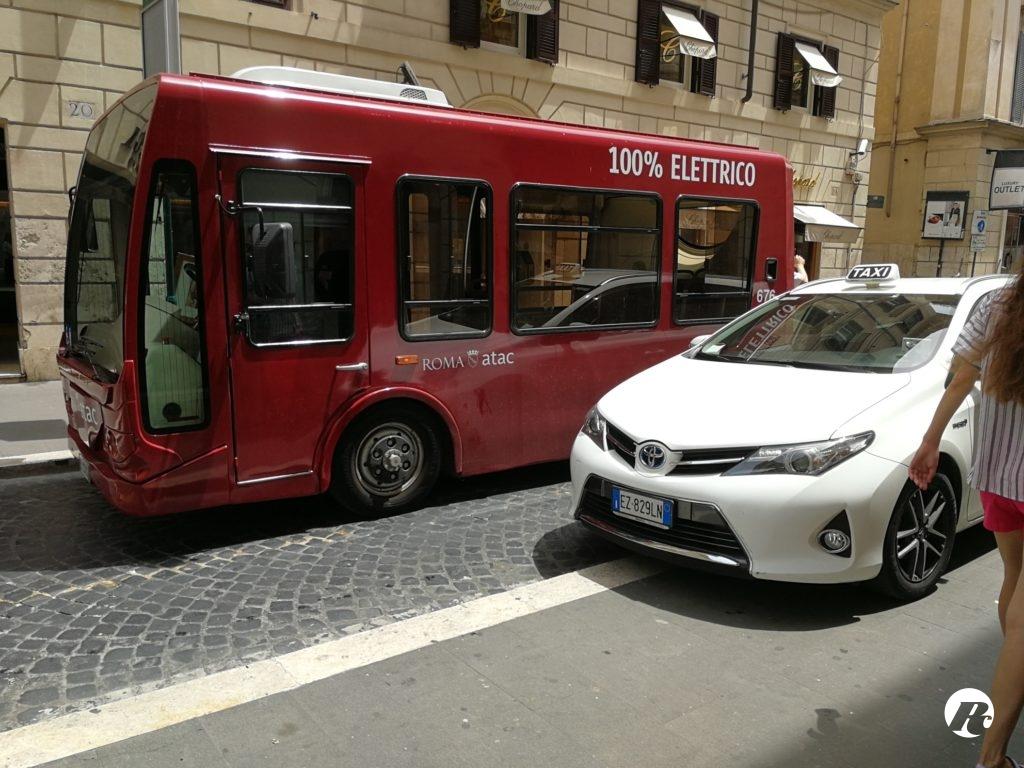 Bus elettrico guasto blocca il centro: sconcerto e risate
